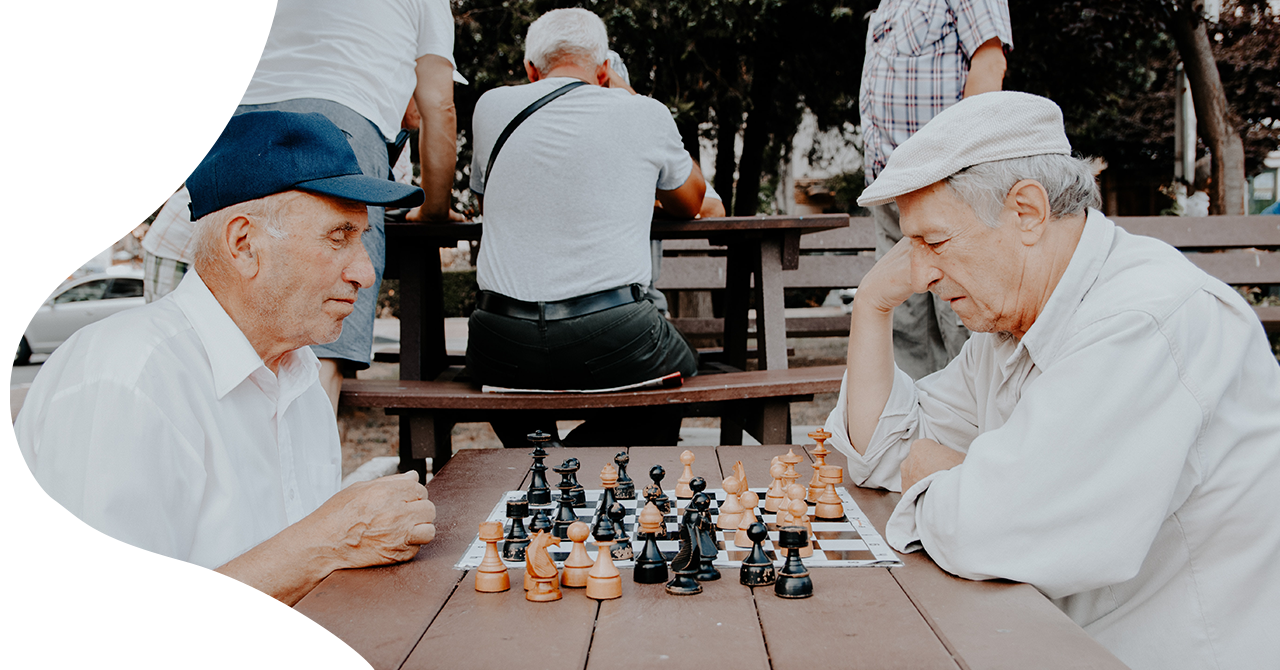 Dom spokojnej starości w Warszawie - starsze osoby grają w szachy