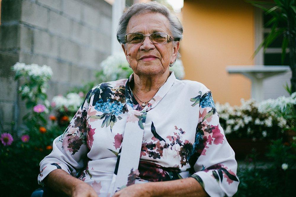 Starsza osoba w domu seniora w Warszawie